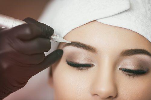 Le maquillage permanent de la tête aux pieds