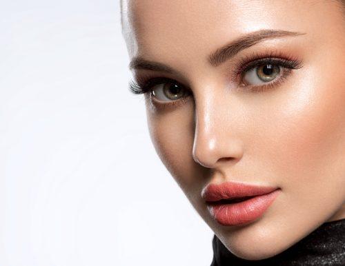 Comment réussir le maquillage glowy de votre cliente ?