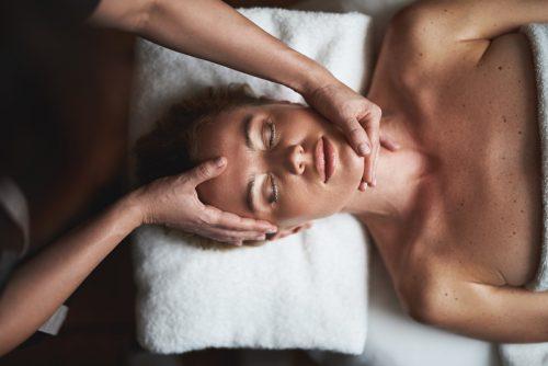 Le massage du visage : le moyen, naturel et durable de paraître plus jeune